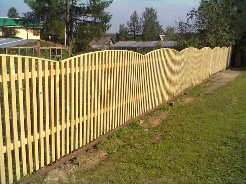 Забор из штакетника на даче