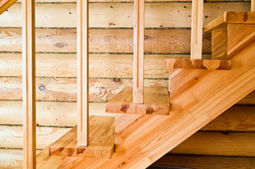 Простая лестница на второй этаж из дерева